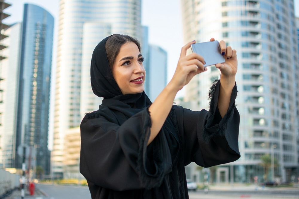 """""""Can We Take a Picture with You?"""": The Refusal Speech Act Between Emiratis and Tourists"""
